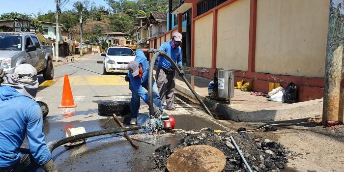 SE REALIZO EL LEVANTAMIENTO DE TAPAS DEL SISTEMA DE ALCANTARILLADO EN LA VIA PRINCIPAL